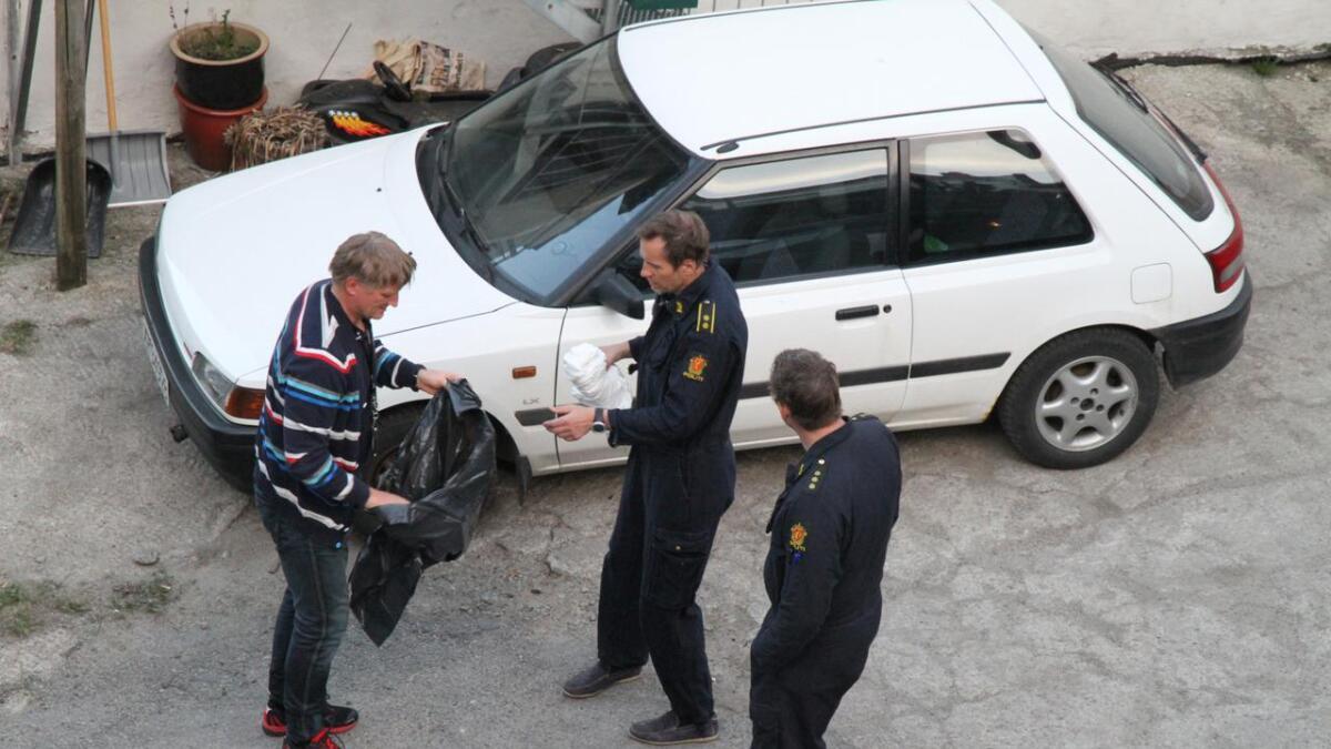 Polititekniker Rune Strandskogen tar med beslag fra leiligheten i Hjellen