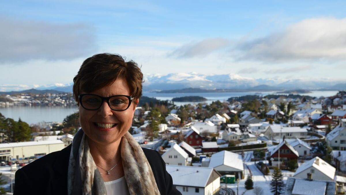 Møtet i den nye fylkestinget for Vestland blir opna av avtroppande fylkesordførar Anne Gine Hestetun (Ap), som gjev klubba vidare til den først ordføraren i Vestland fylke, Jon Askeland (Sp).