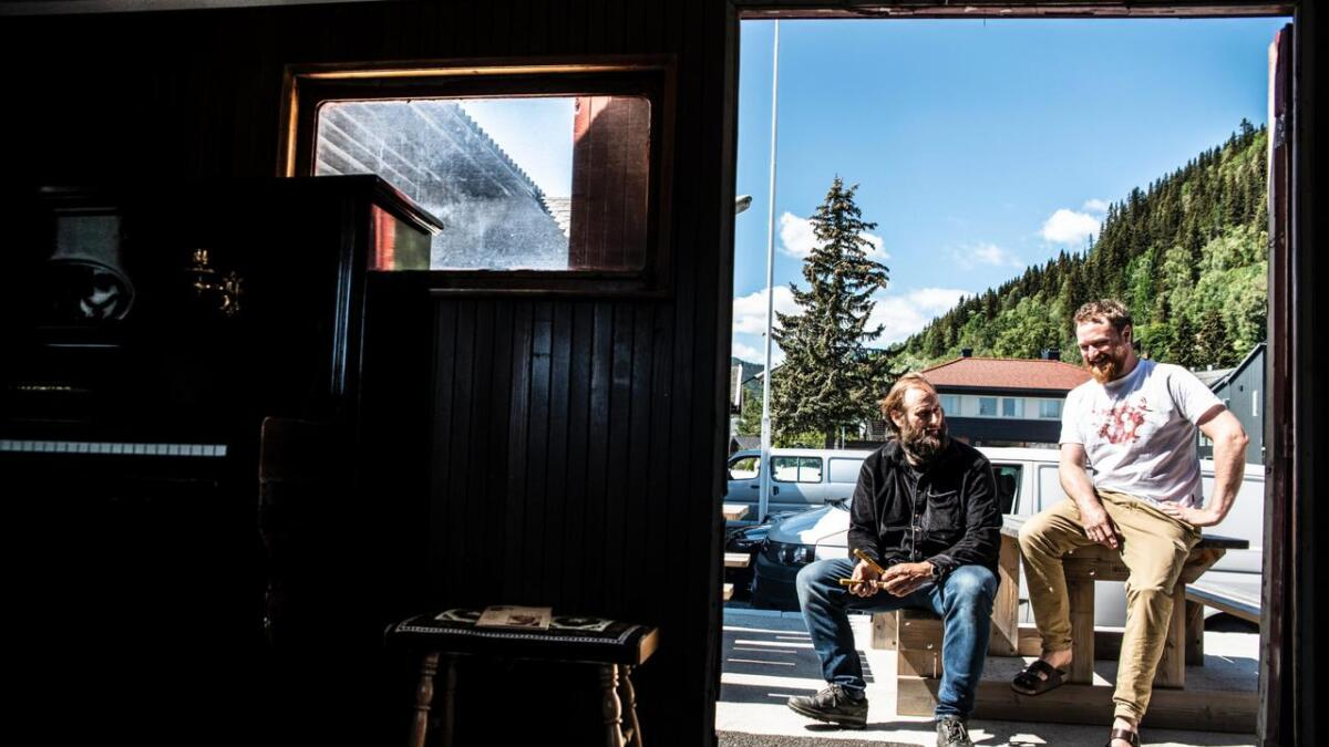 Stein Torleif Bjella på Sundrehallplassen, den gongen han fekk Leif Juster-pianoet til jernbanevogna utanfor Sundrehall. T.h. Terje Vesterøy.