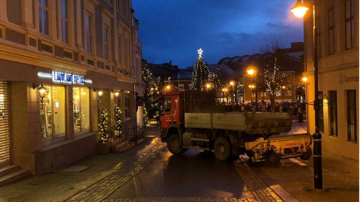 Store lastebiler sperret veiene inn mot Torvet i Arendal.