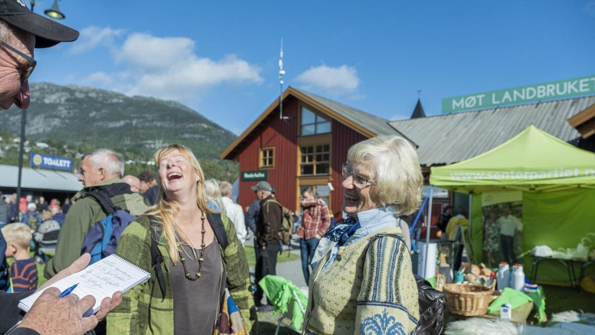 Torhild Knutson og Karin Landsverk var to av dem som tok seg tid til en prat med Vardens utsendte.