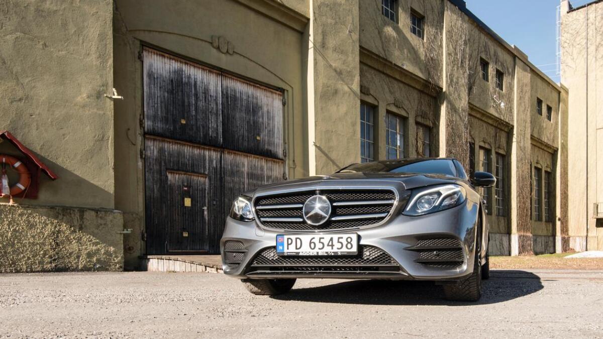 Mot de gamle bygningene på Bøylefoss står en moderne Mercedes fram som en klar kontrast.