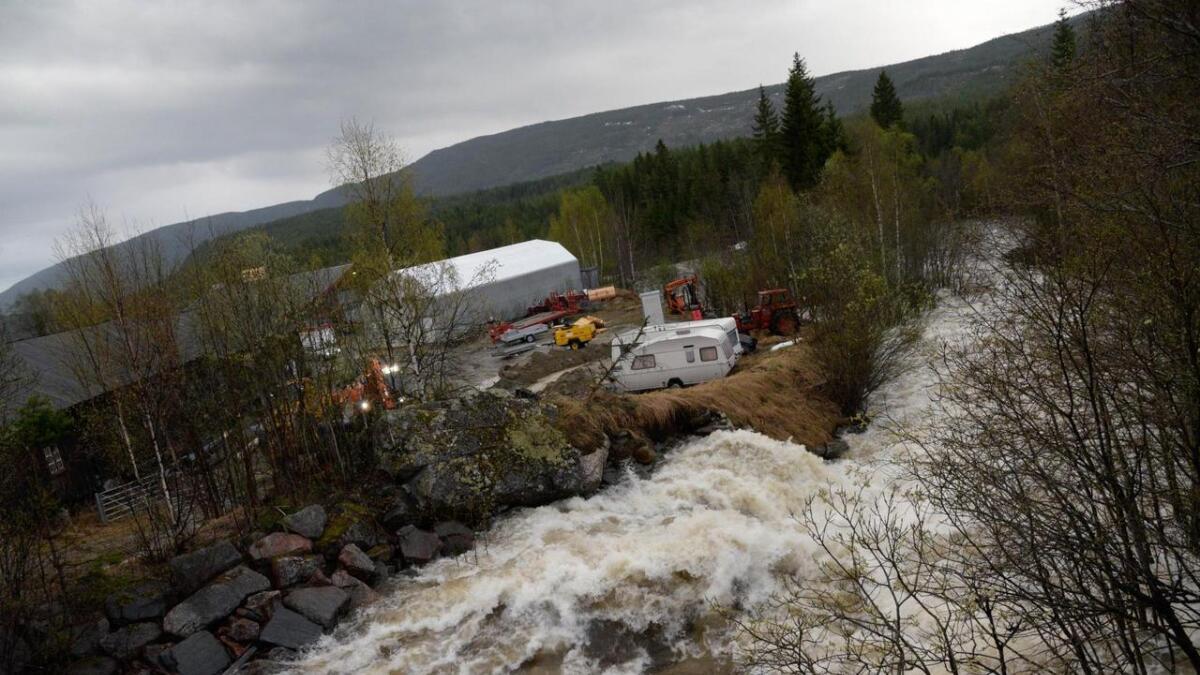 På eigedomen til Tess i Gullhagen industripark måtte gravemaskinene grave grøfter for å leie vatnet bort frå eigedomen.