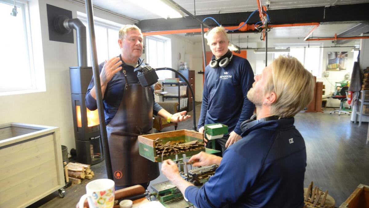I løpet av 2019 har Skaugum lansert nytt bestikk og nye produkt i samarbeid med Snøhetta. Bernt Junger (t.v.), Mikkel Asplin og Jonas Rejdemo og dei andre tilsette arbeider på høggir kvar dag for å produsere nok.