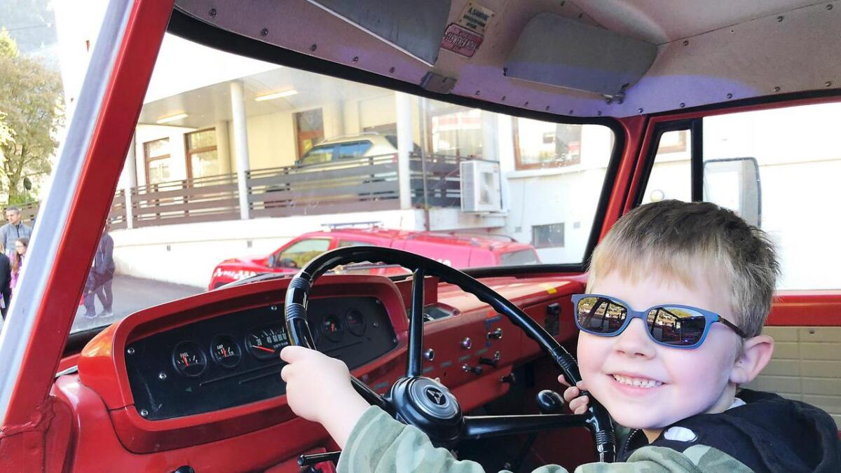 Snart seks år gamle Torbjørn Rolland Midtun frå Helle likte godt å sitja bak rattet på brannbilen frå 1965.