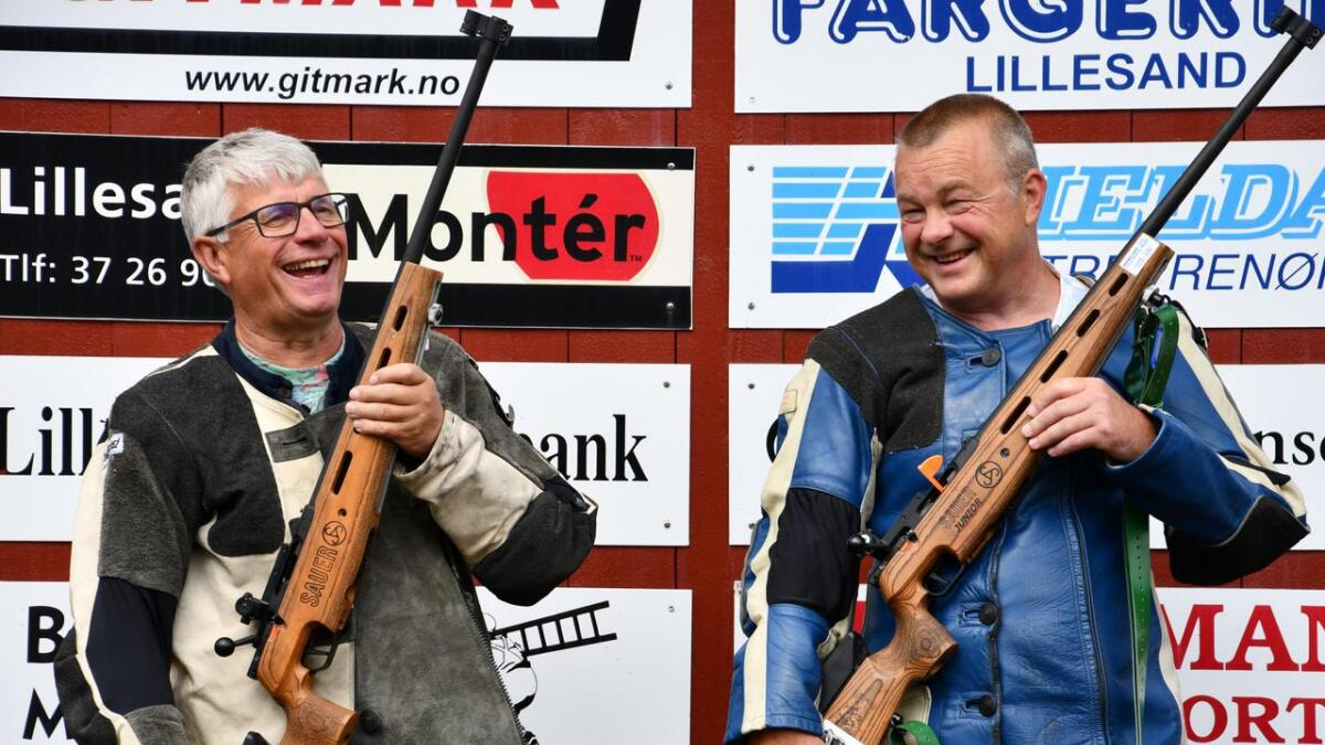 Med gevær og skytejakke skal det ikke stå på utstyret. Arne Thomassen (t.v.) og Anders Christiansen.