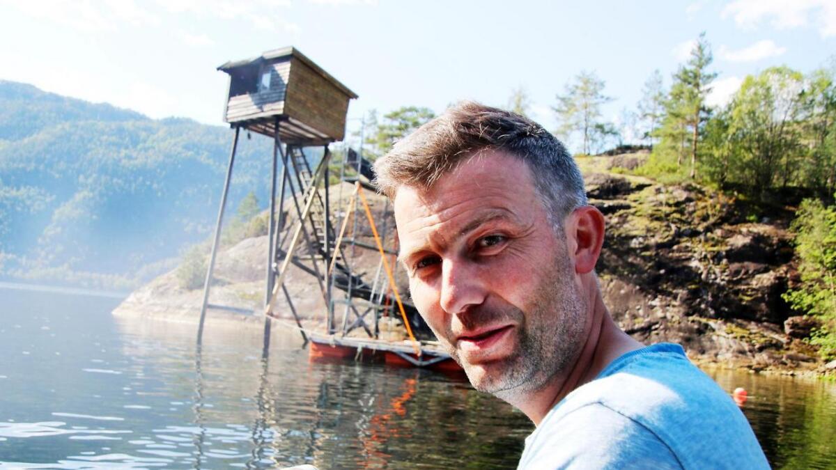Geir Magne Gammersvik er imponert over restaureringa som skjer på laksegilja på Skiljaneset (i bakgrunnen).