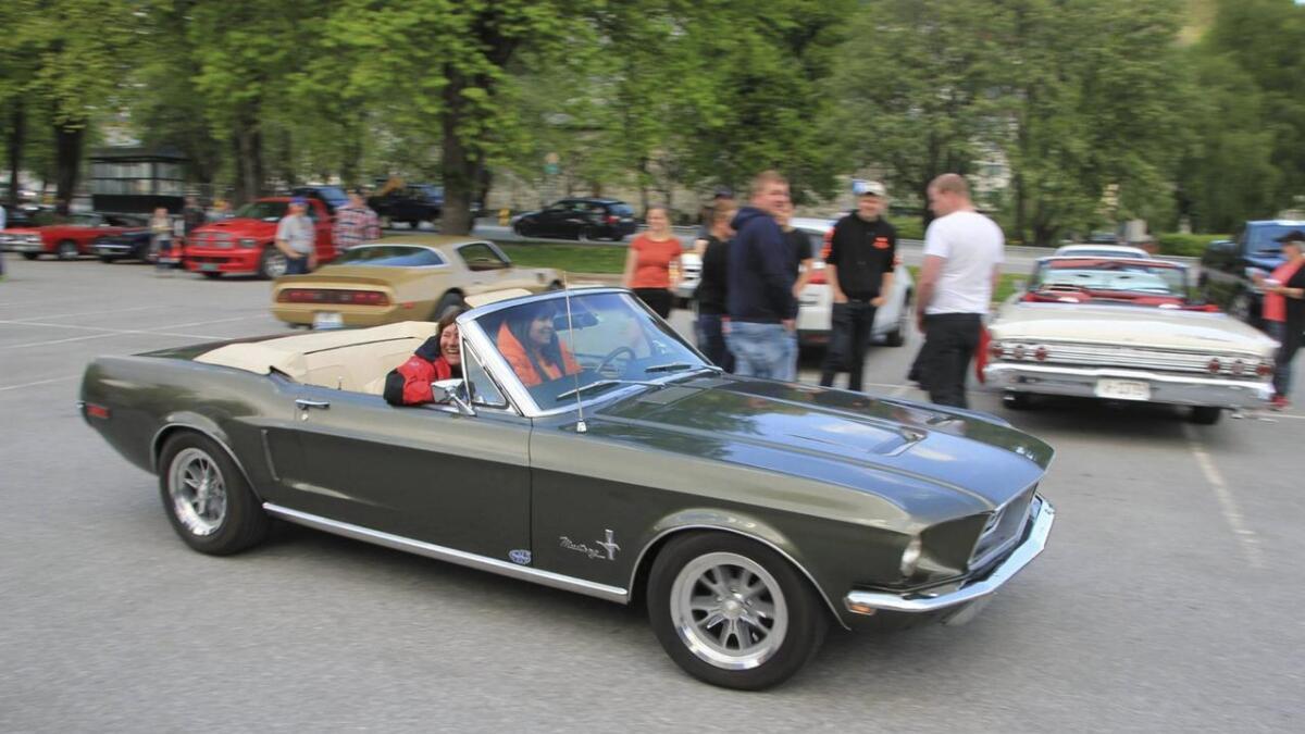 Amerikanske bilar i alle slags modellar og fargar var stilt ut på Tinghusplassen denne helga.