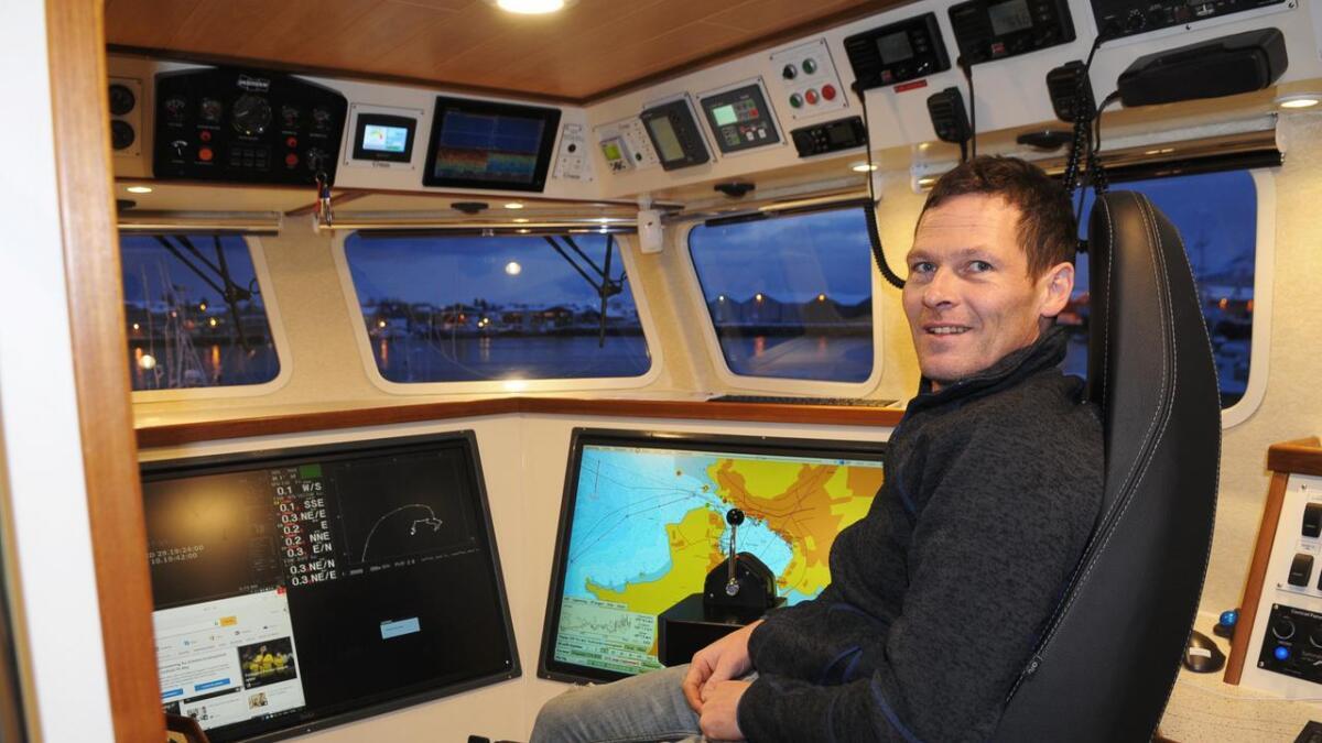 Olafur F. Einarsson er fornøyd med oversikten fra broen på nybåten.