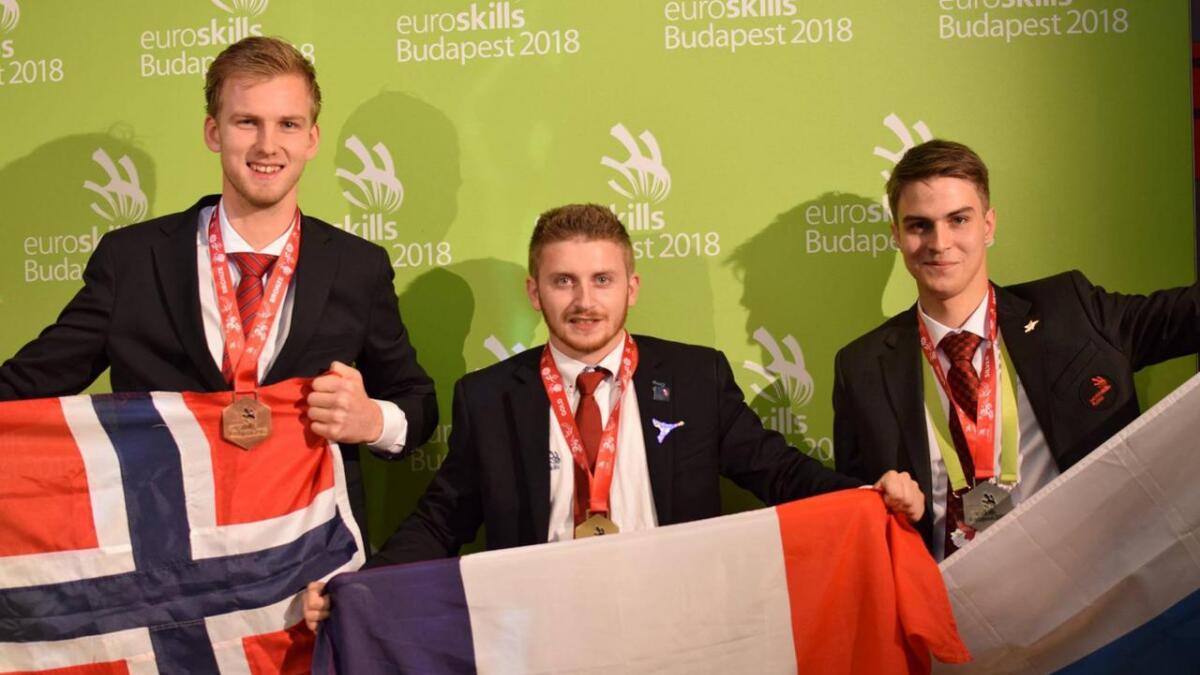 Tor Øyvind Venemyr Voreland (t.v.) tok bronsemedalje i Budapest, hvor EM i yrkesfag ble avviklet før helgen. Han deltok i bilmekanikerfaget for tunge kjøretøy, men måtte se seg slått av deltakerne fra Russland og Frankrike.