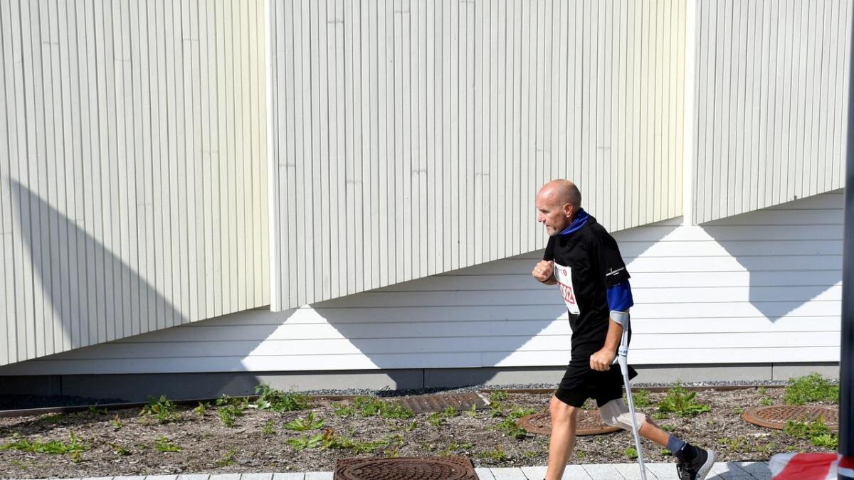 Svein Trygve Siira var i en MC-ulykke i 2011, og ble sittende i rullestol i fire år. Søndag gjennomføre han halvmaraton, og støttet seg med en krykke hele veien.