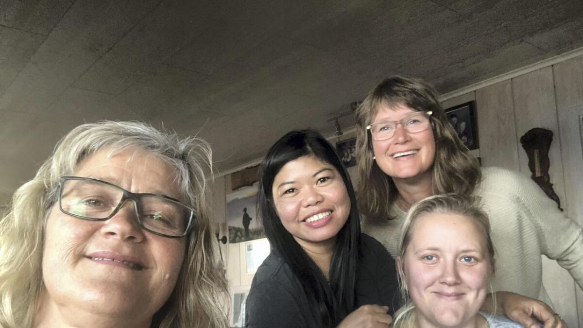 Kjersti Karlsen (t.v.), Joann Avila Egholm, Tove Iren Notland (bak) og Heidi Taipale har registrert hjelpeorganisasjonen «Hjerte for Filippinene», eit firma som no er registrert i Brønnøysundregistera.