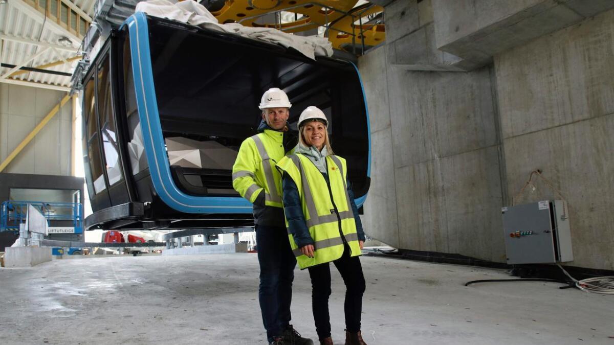 – Dei nye kabinane er raude og gule, for å ta opp att fargane til Dinglo og Danglo, seier adm.dir. i Voss Resort, Øyvind Wæhle og salssjef Synva Vinje.