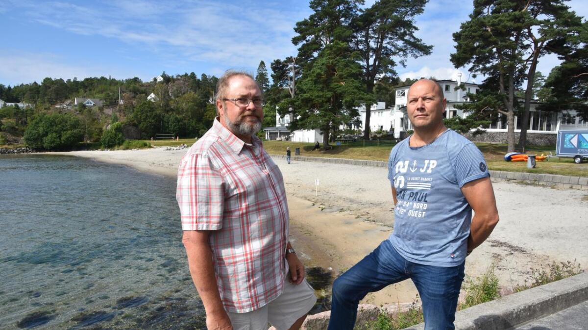 Kommuneoverlege Vegard Vige (t.v.) og Leif Johansen, fagleder for tekniske vann- og avløpsanlegg måtte fredag gå ut og advare folk mot å bade innerst i Fevikkilen. De håper at de allerede i morgen kan ta bort varselskiltene.