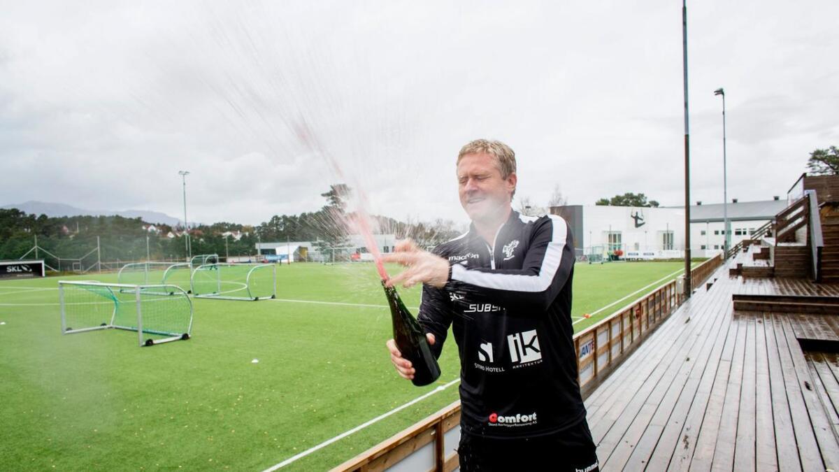 Damelagstrenar Øyvind Mellemstrand nominert til årets trenar-prisen. Også to spelarar er nominert til pris. Her frå opprykksfeiring i fjor haust.