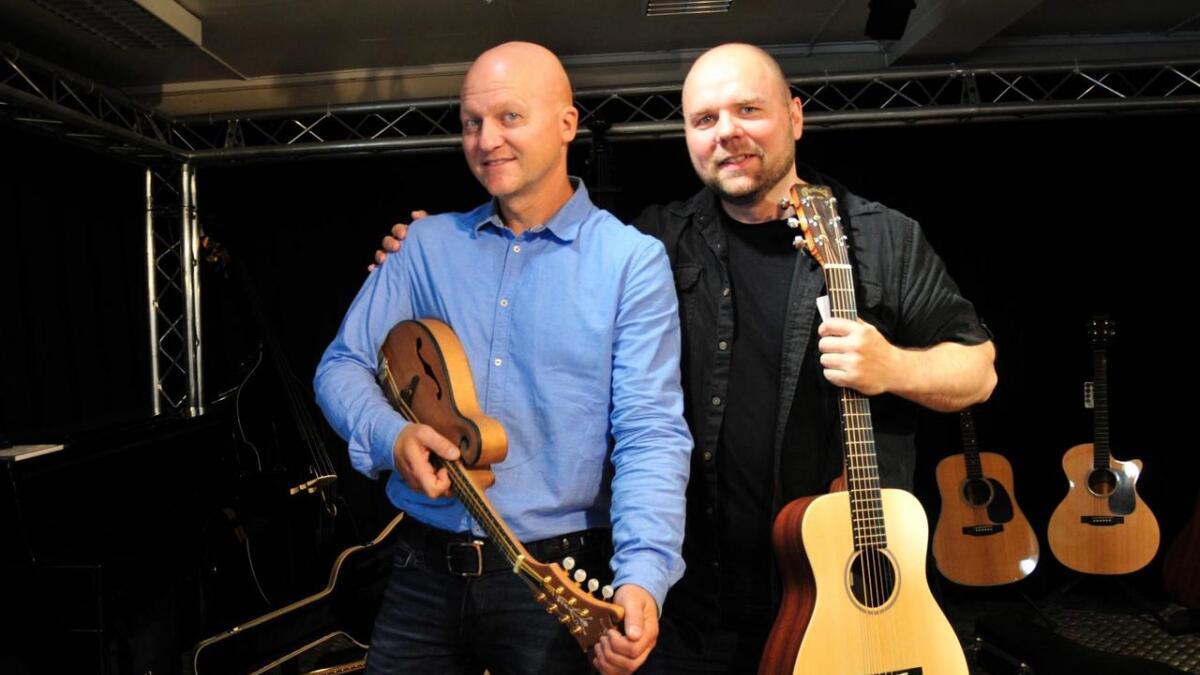 Trond Arntzen og Bjøro Hildebrandt liker å spille alle typer musikk, noe de får de anledning til når de deltar som den viktigste musikalske ressursen under forestillingen «Portretter».8