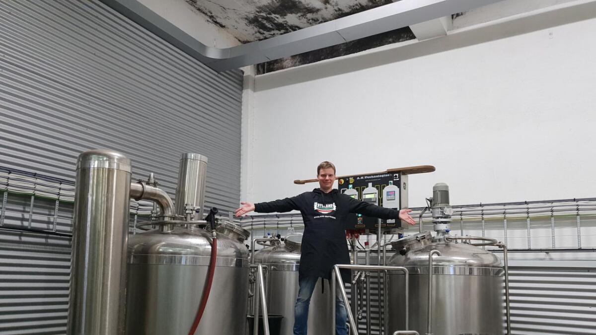 Torkjel Austad ved bryggeriet han leier til å lage øl.