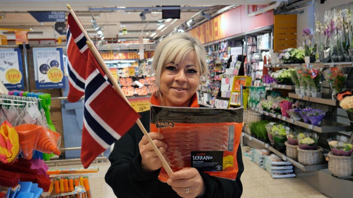 Butikksjef Margarita Johnsen med ukens beste tilbud hos Extra Maxis.