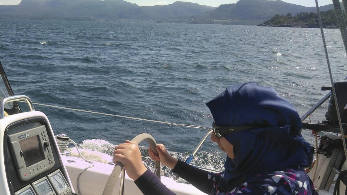 Fra turen sommeren 2018 som var en ukestur med seilbåt for flyktninger fra Syria bosatt i Eikelandsosen, hvor de lærte å navigere, seile og innføring friluftsliv generelt.