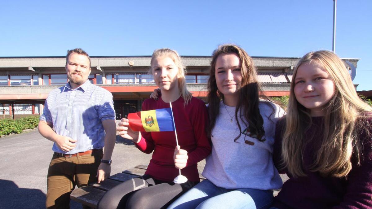 Elevane frå Os vidaregåande, Linnéa Amalie Lindløkken, Martha Hægland og Thea Sofie Svendal, ser fram til Moldova-tur til trass for åtvaringar om sterke inntrykk. Elevinspektør Harald Natvik blir også med på turen.