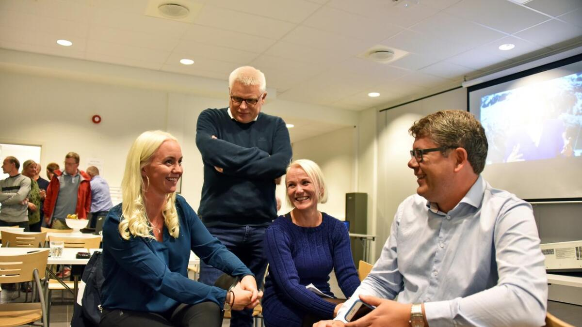 Forhandlingene har kommet i gang i Birkenes. Her er Gyro Heia (Sp), Arild Windsland (H), Linda Hye (Ap) og Anders Topland (Sp) avbildet under valgvaken mandag kveld.