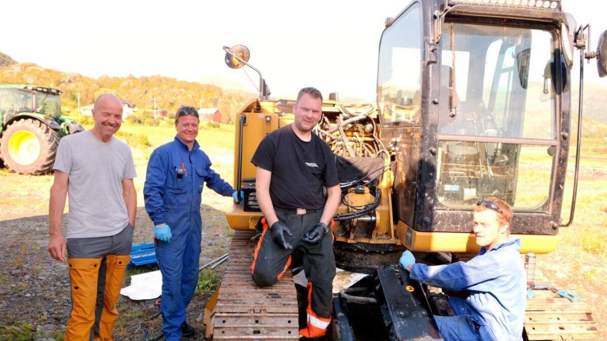 Gunnar Ellingsen og Stian Ellingsen i Lødingen Fisk, Brynjulf Dal i Bil og anleggstransport og Robert Nilsen i Vestbygd Maskin foran gravemaskinen som ble fløyet opp på fredag.