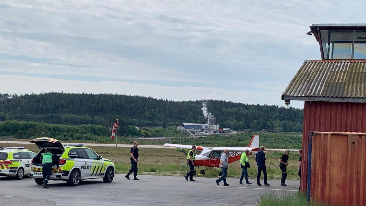Det var stort oppmøte av politi og brannvesen etter at et småfly fikk trøbbel på Geiteryggen tirsdag. Nå er flyplassen åpnet igjen.