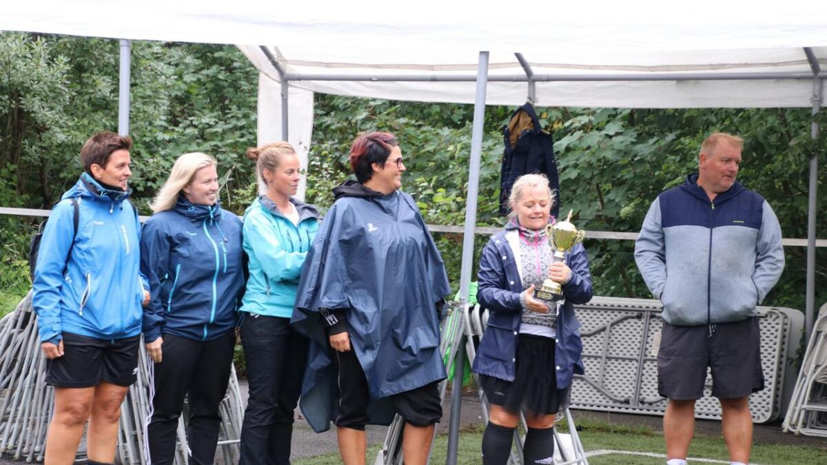 Skaraskjorena, her representert med delar av laget under premieutdelinga, fekk vertshuscup-pokalen for å ha vore eit positivt innslag under cupen.