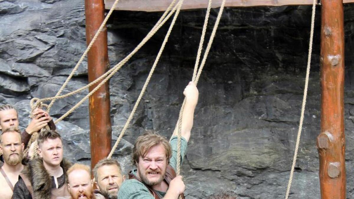 Torleif i rolla som vikingen Rane, i spissen for kongen (Rolf Kristian Larsen som Olav Haraldsson) og tøffe karar som mannskap