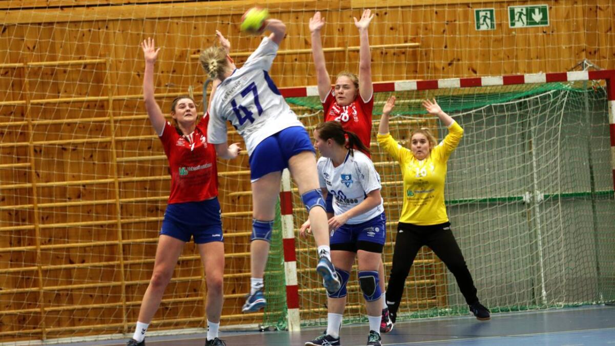 Jorid Vivås (t.v.), Johanne Holst Rokne og Jennifer Maartje Dral Mathiesono prøvde alt dei kunne for å stoppa ballane frå motstandaren frå Sund.