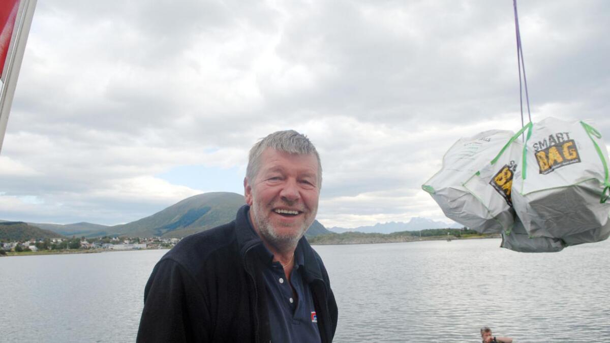 21 slike bigbags utgjør vel 1,7 tonn plast/skrot. Kaptein Kurt Pedersen på MS Miljødronningen i forgrunnen.