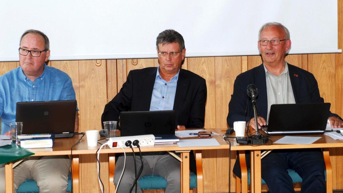 Just Hjalmar Johansen (midten) vil gå over i historien som den siste rådmannen i Lødingen kommune. (Arkiv