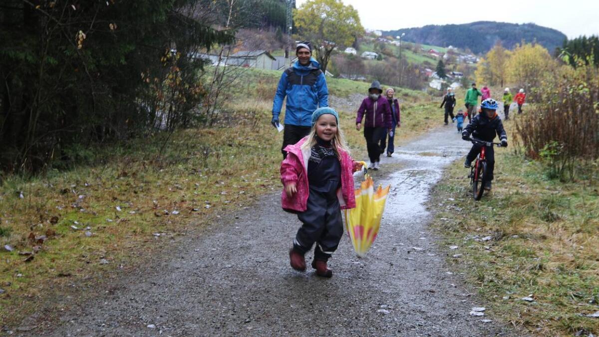 Anna (3) var mellom deltakarane i fjor. Like bak kjem pappa Arnstein Ringheim og bestemor Annlaug Møn Ringheim. 20. oktober er det igjen klart for Bømomarsjen.