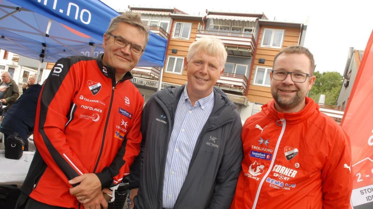 Bård Sørensen (f.v.), Arild Fredriksen og Håvard Myhra i ledelsen for idrettslaget var med og feiret den stolte hundreåringen, blant annet på torget på Stokmarknes. (Alle
