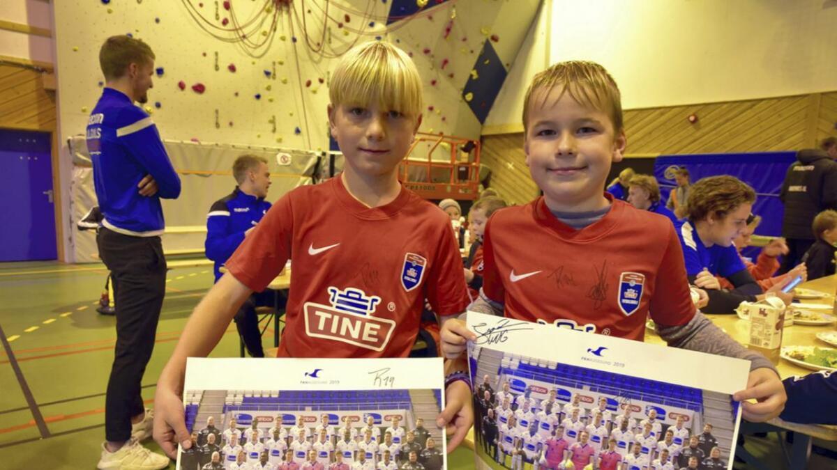 Søskenbarna Styrke Steinsland og Olav Steinsland (10) skaffa seg autografane til Torbjørn Kallevåg og Joakim Våge Nilsen både på plakatfotoet av FKH-stallen og på fotballskuletrøyene.