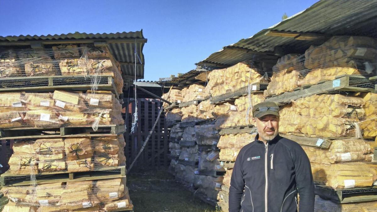 Ennå er det stabler med ved til salgs ved Nylænne på Øvre Hagaveg. Etterspørselen er imidlertid så stor av sjefen for ved- og grøntavdelingen, Bjarne Marstein, regner med å være lens om noen måneder fra nå.