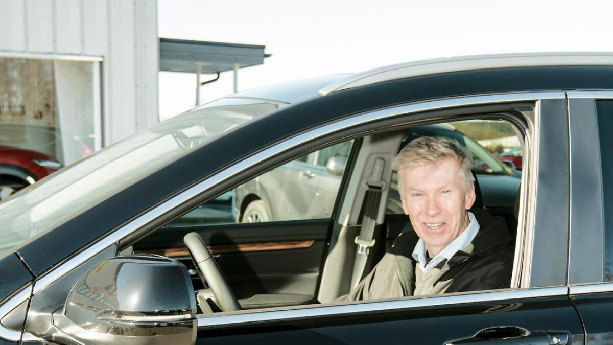 Magnar Hovatn trives godt bak rattet på den nye hybridbilen.