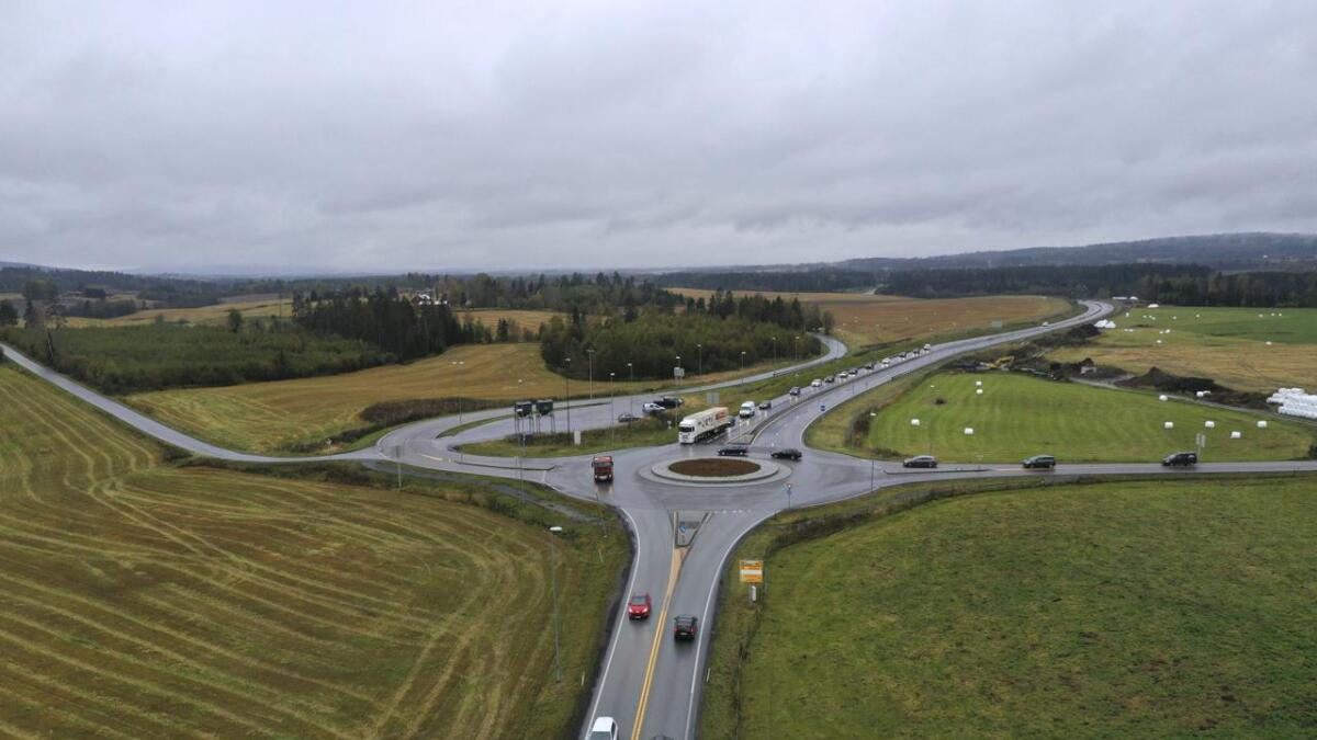 Dagens firefelts E16 mellom Kløfta og denne rundkjøringen på Nybakk betegnes av Nye Veier som lite verdt å satse på i et langsiktig perspektiv.