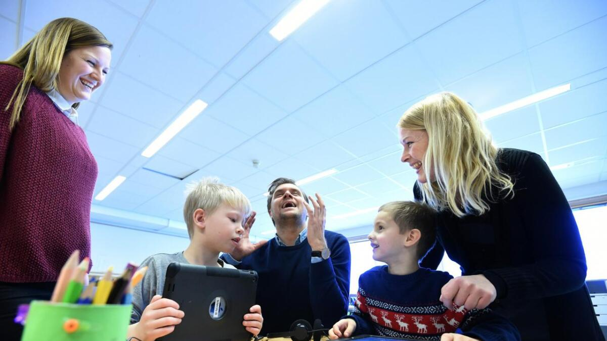 6-åringene Simon Bergerud og Markus Gunnerød. Bak dem lærer Elise G. Solberg og politikerne Christian Tynning Bjørnø og Hedda Foss Five.