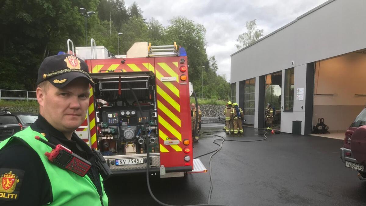 Innsatsleder Tor Einar Bakken utenfor verkstedet der det brant.