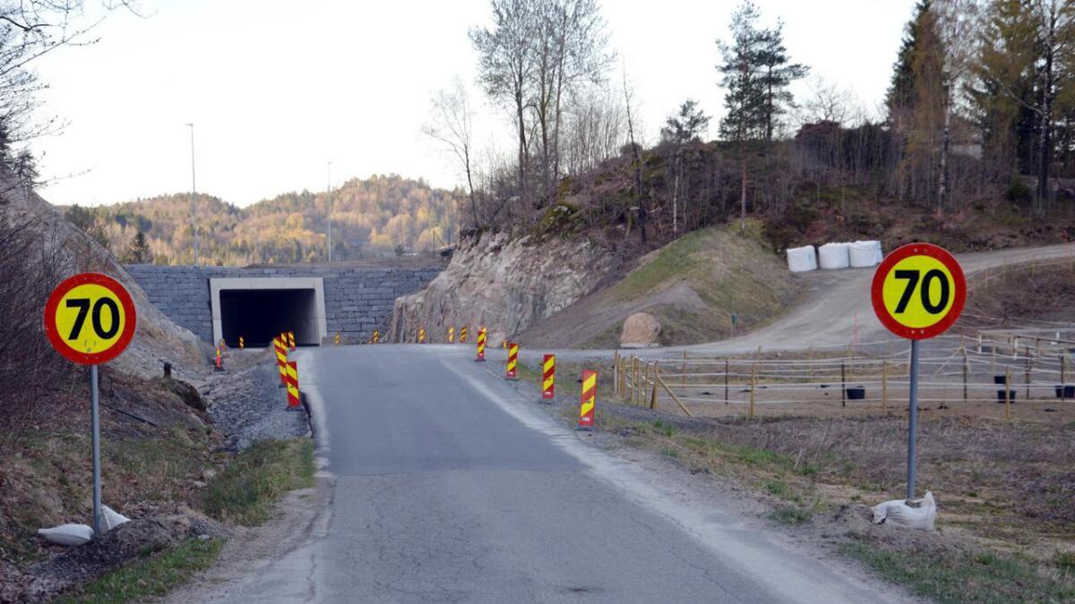 Den nystriglede lokalveien kommer opp bakken og gjennom tunnelen – omtrent der fotografen står, fortsetter lokalveien slik den har vært i mange år.