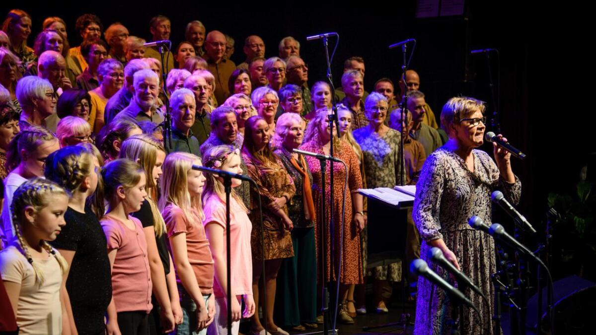 Liv Lillebø i Songlaget Stordabuen og 5. klasse på Leirvik skule syng Barn av regnbuen føre ein fullsett storsal i Stord kulturhus på premieren.