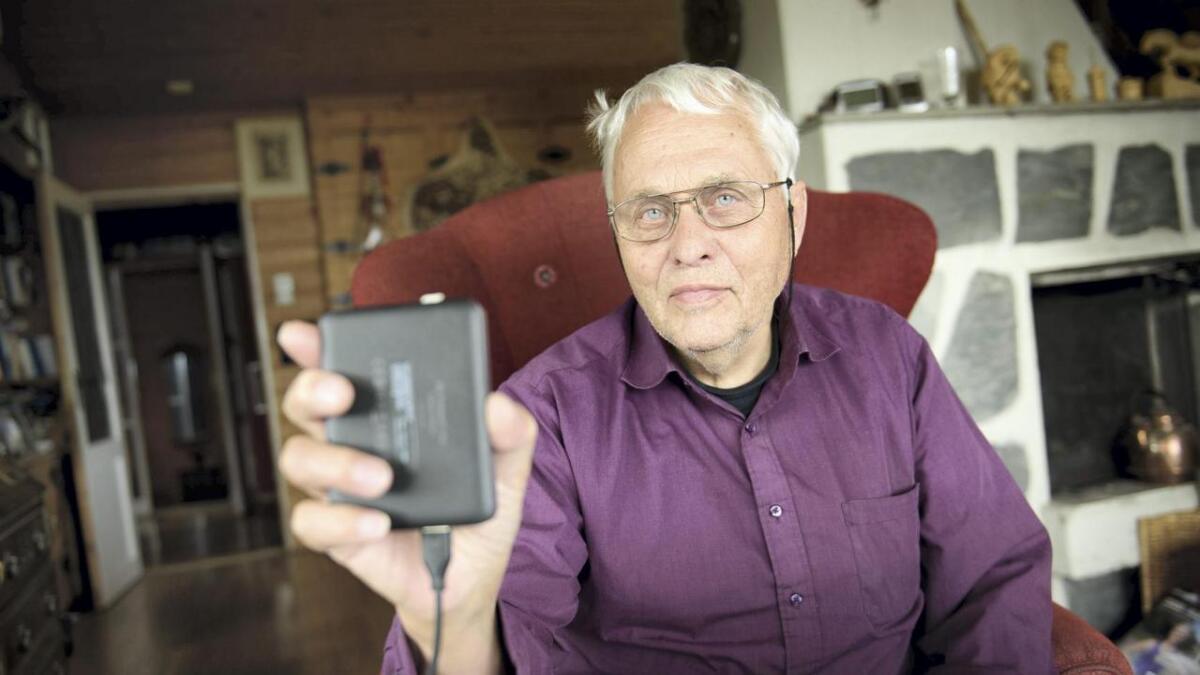 Bjørn Østrem viser fram den eksterne harddisken som i lag med datamaskina vart råka av dataviruset WannaCry.