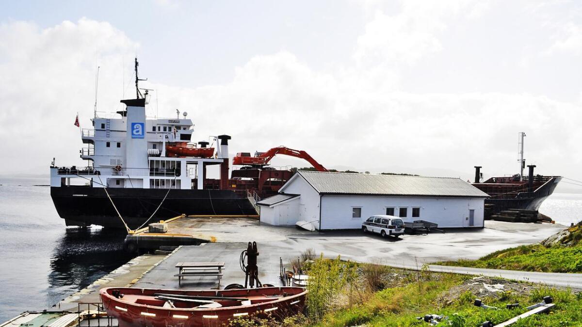Det lysnar i nærskipsflåten, og no har Aasen Shipping i Mosterhamn bestilt to nye hybride Bulk carriers, eller såkalla sjølvlossarar. På biletet ser me eitt av skipa «aasfjord», som ligg til kai i Mosterhamn.