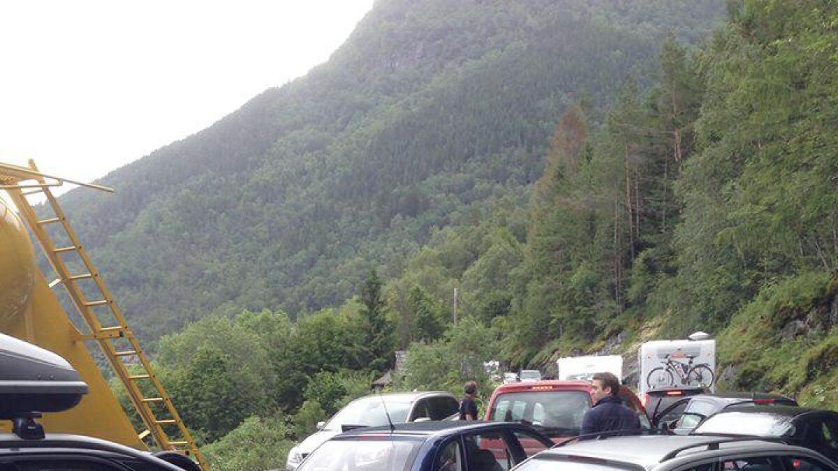 Ein klassisk situasjon – trafikkork på riksveg 13 mellom Bu og Kinsarvik.