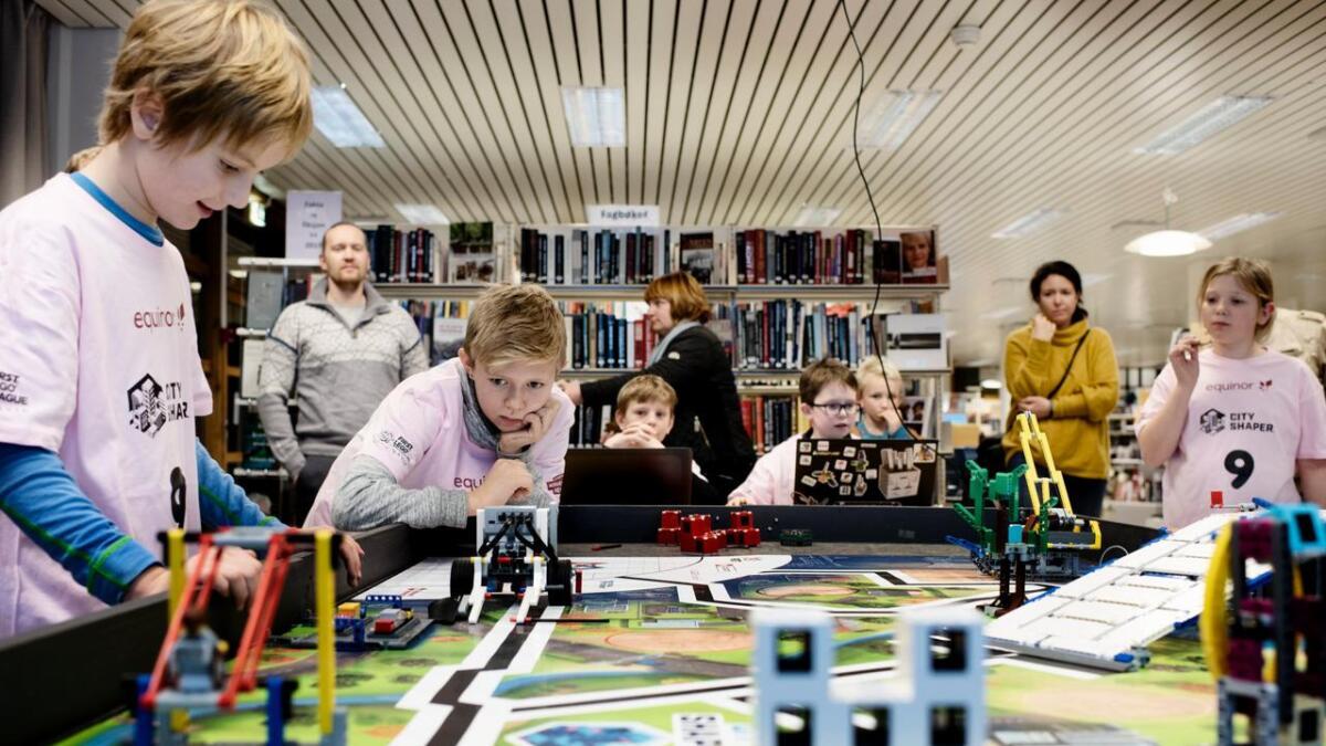 I First Lego League- konkurranse er det reglar, og det er berre to om gangen som kan posisjonerer roboten Iver Møllerplass og Arn Ómarsson sanka 70 poeng på prøverunden.