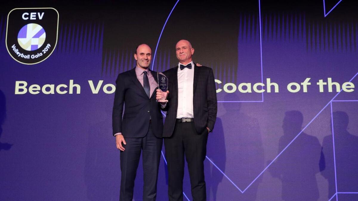 Kåre Mol (t.h) mottok prisen på ein galla i Sofia fredag kveld.