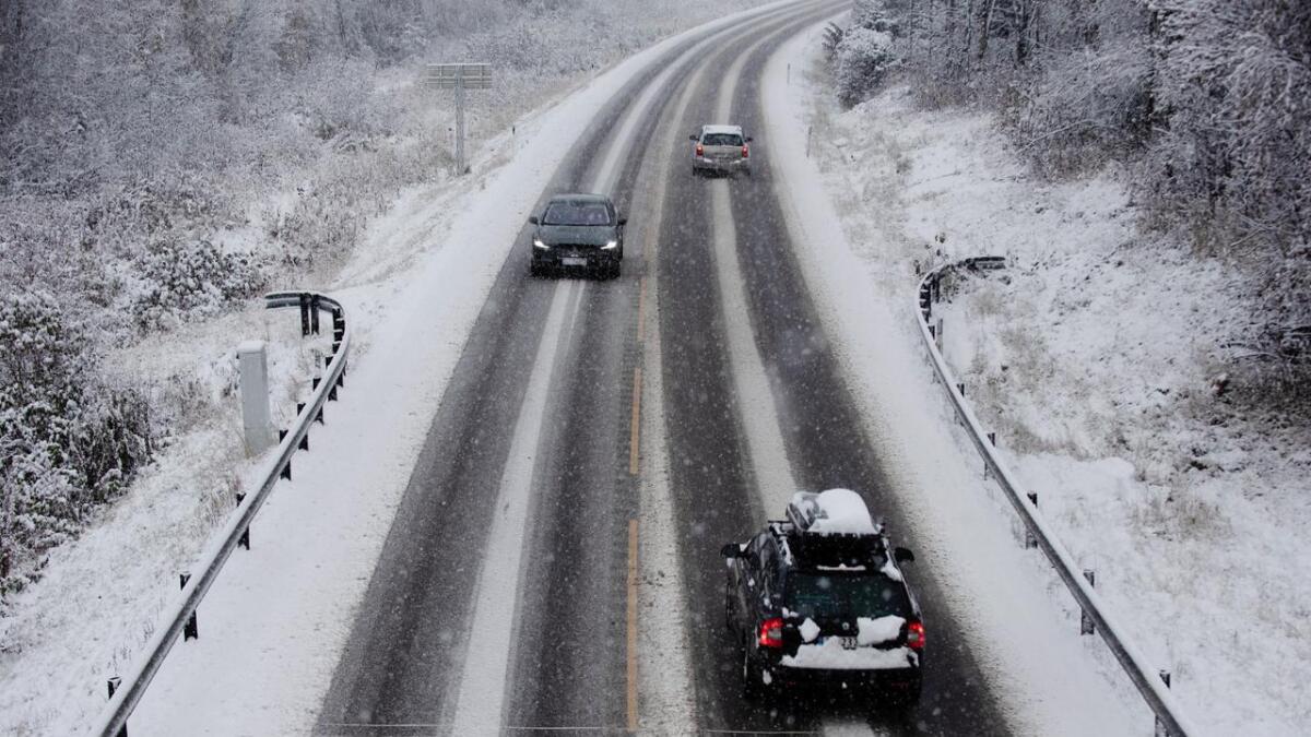 Også på Rv7 er det behov for vinterdekk i dag. Biletet er frå Ål tysdag føremiddag.