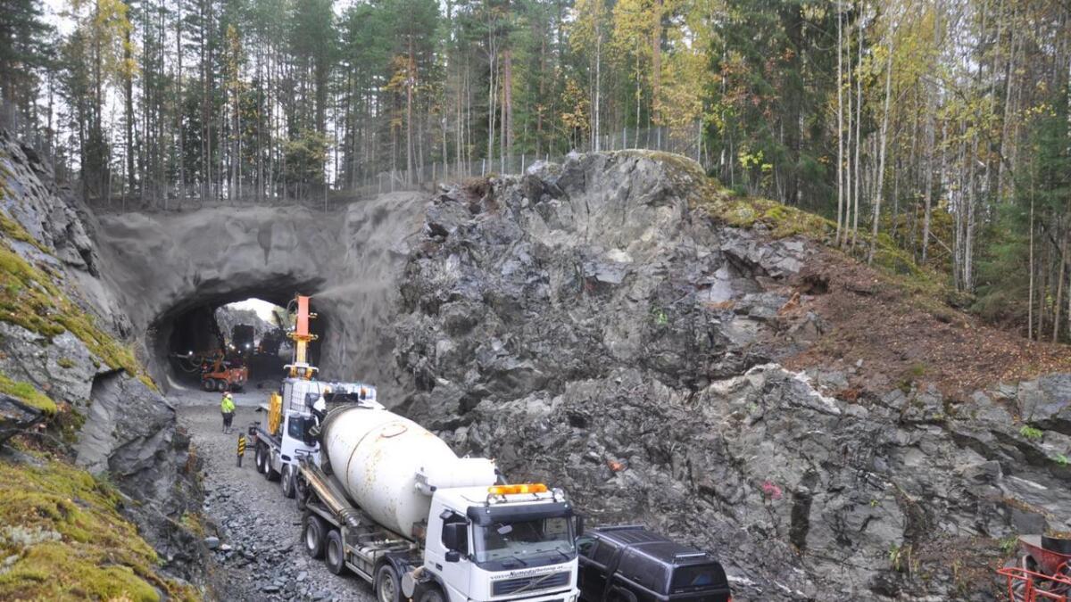 Den 53 meter lange Rustandtunnelen på Fv40 mellom Norefjord og Rødberg får no ei total overhaling.