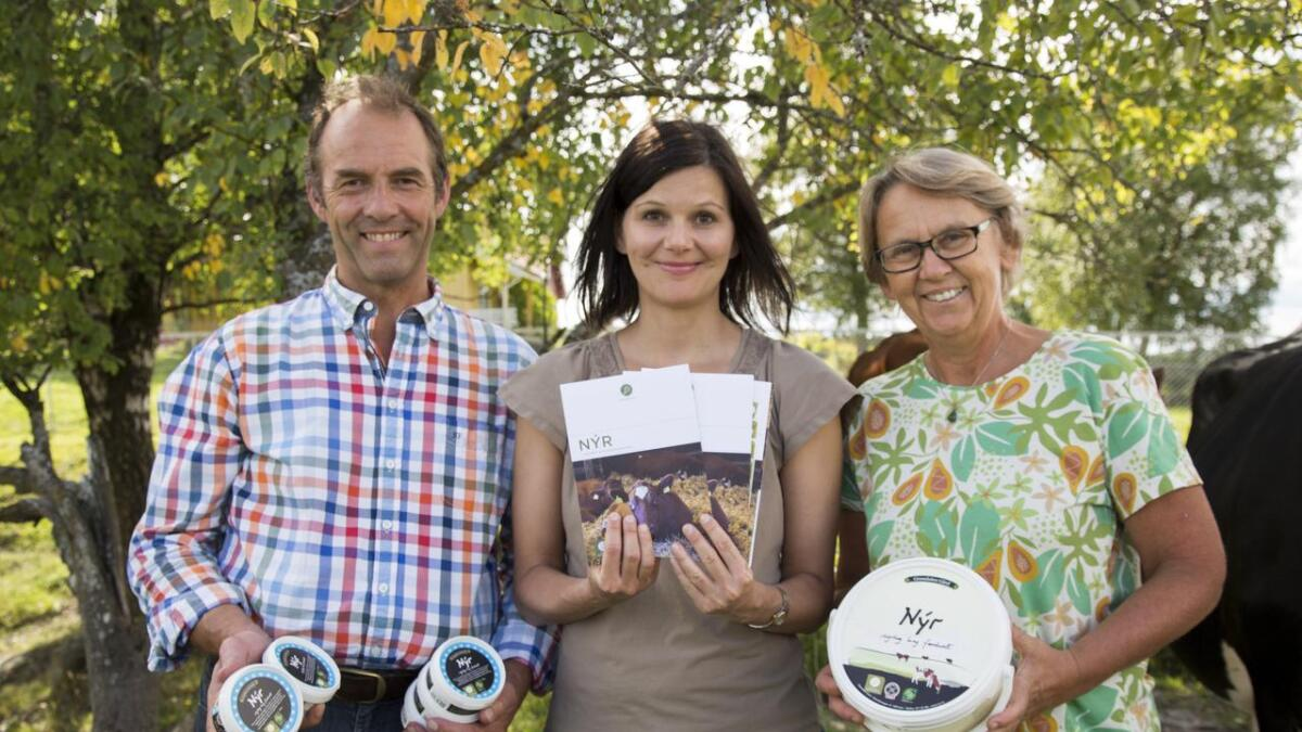 Hans Arild Grøndahl og Anne Birte Olsen er stolte over at ferskosten Nýr får Norges første dyrevelferdsmerke, her med Live Kleveland, kommunikasjonsdirektør i Dyrevernalliansen, i midten.